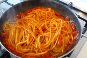 cook the spaghetti pasta on the pan with scarpariello sauce for 3 minutes